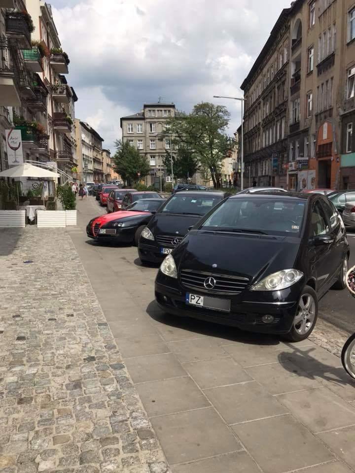 Ulica Rybaki zastawiona samochodami