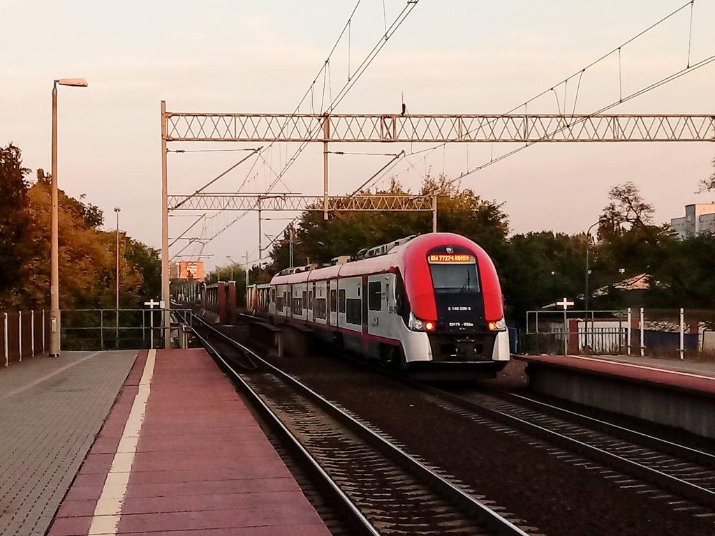 Pociąg Kolei Wielkopolskich na przystanku kolejowym Poznań Garbary