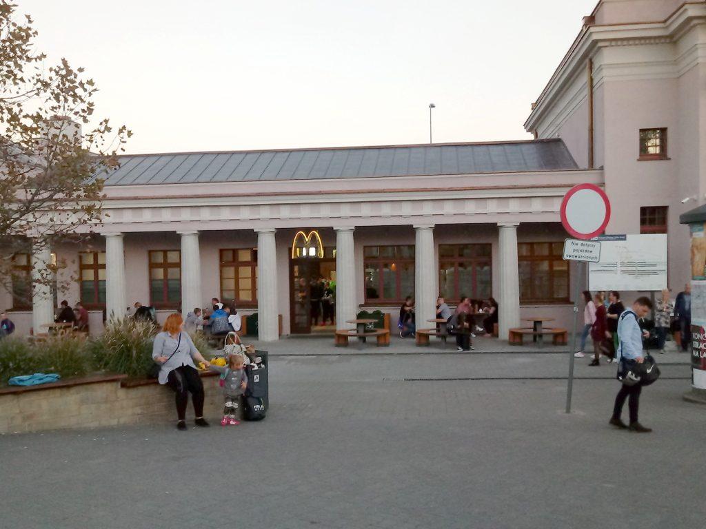 Dworzec Zachodni, Poznań. Wejście do obiektu gastronomicznego