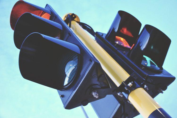 Sygnalizacja świetlna. Światła, komory, przejście dla pieszych. Priorytet dla transportu zbiorowego w Poznaniu
