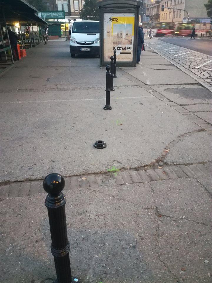 Wandale pod czujnym okiem służb miejskich niszczą słupki na chodniku
