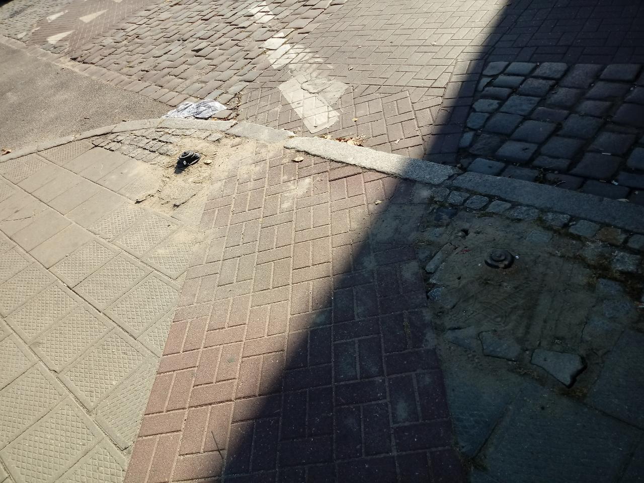 Ulica Wielka Poznań dewastacja słupków nielegalne parkowanie