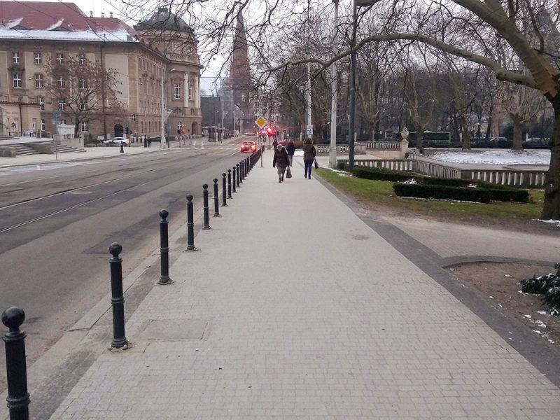 Poznań nielegalne parkowanie Fredry słupki