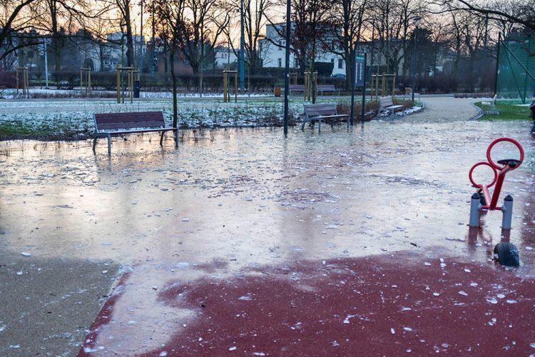 Poznań Park Wodziczki woda lód zalanie