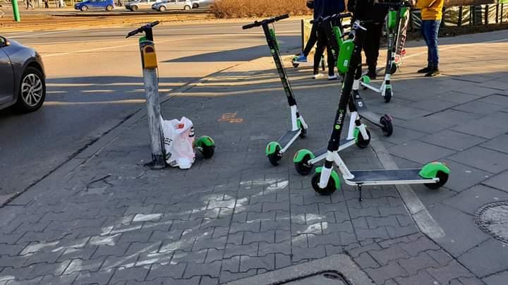 Poznań hulajnogi Lime pozostawione na drodze dla rowerów