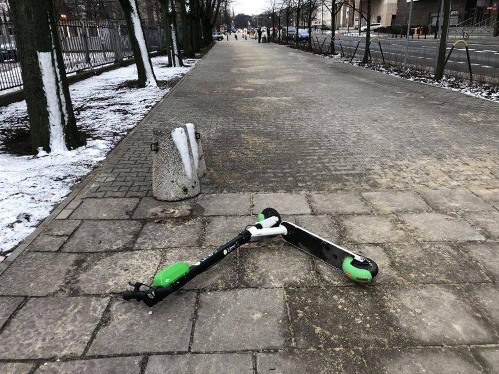 Warszawa rekwiruje porzucone hulajnogi elektryczne. Kiedy czas na Poznań?