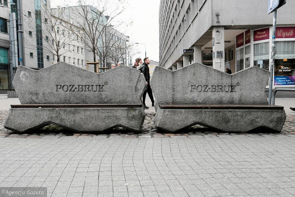 Poznań Półwiejska betonowe ławki Gazeta Wyborcza