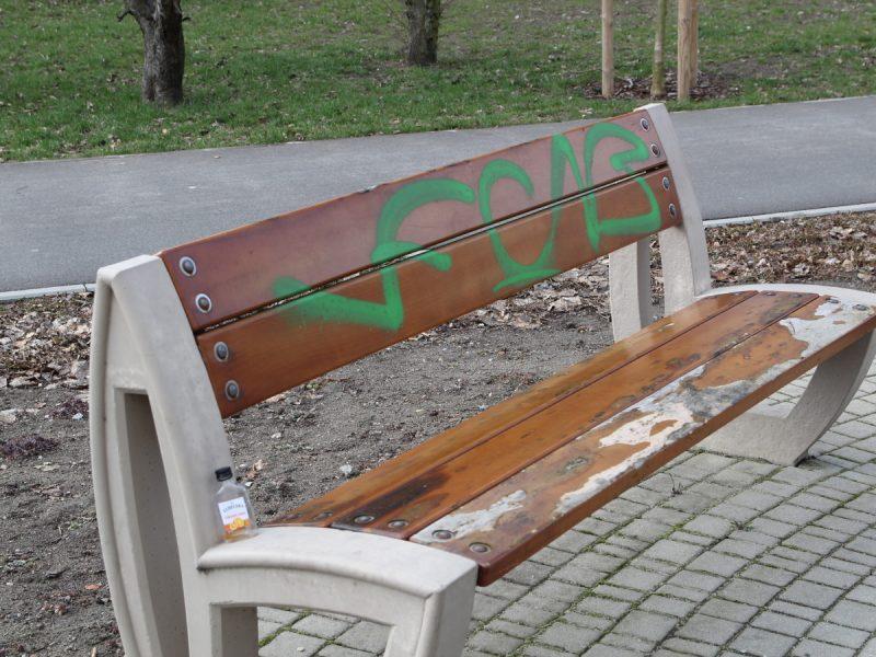 Poznań Park Rataje niszczenie ławek