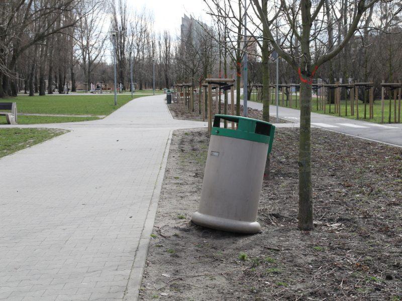 Park Rataje zwalone kosze na śmieci