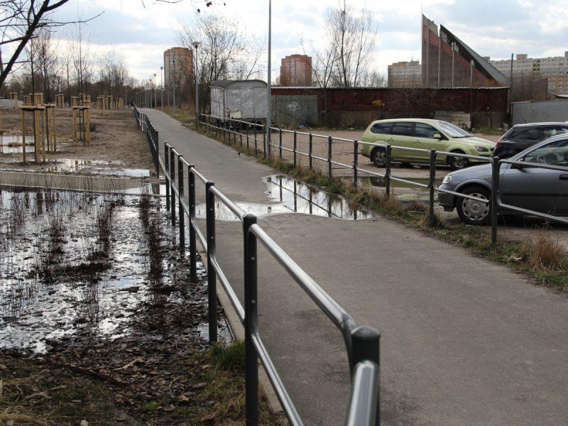 Park Rataje zalanie przez wodę alejki spacerowej