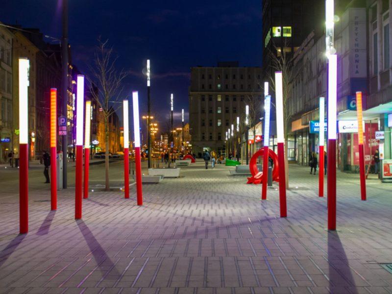 Poznań Święty Marcin kolorowe słupy rzeźba miejska