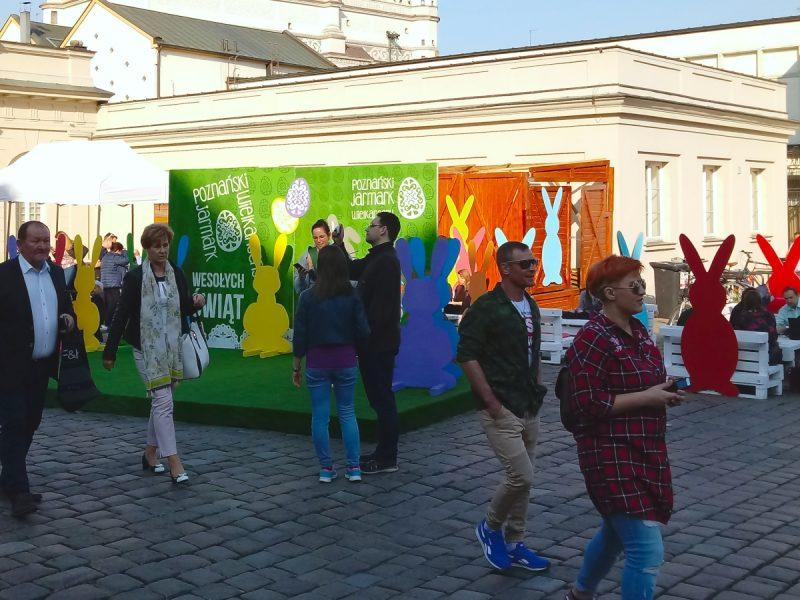 Punkt foto Stary Rynek i Jarmark Wielkanocny z masą zajęcy