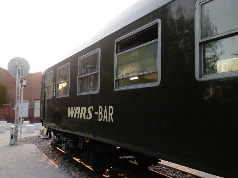 Otwarte okna w wagonie Parku Rataje