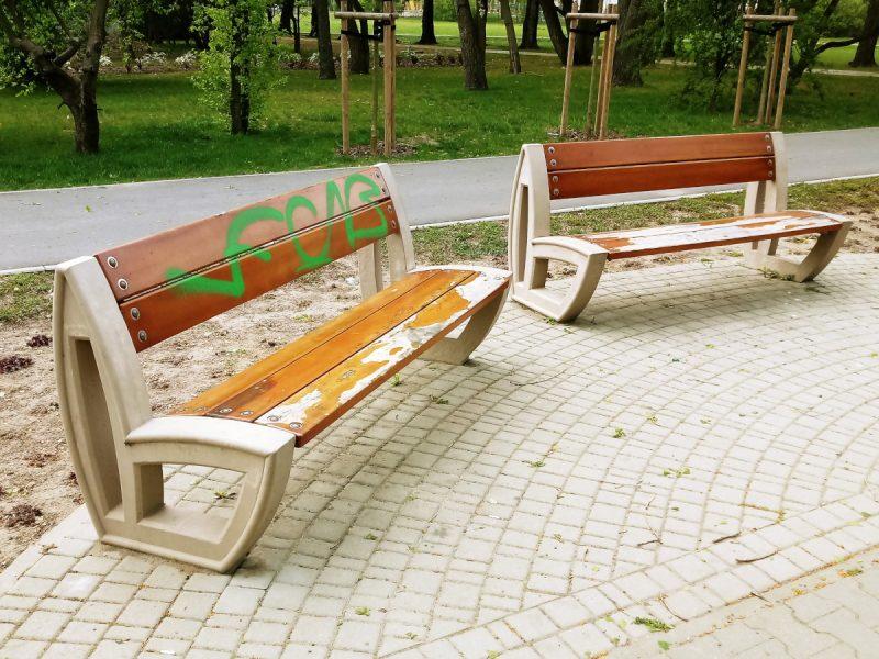 Ławki w Parku Rataje: dewastacje, schodzenie farby
