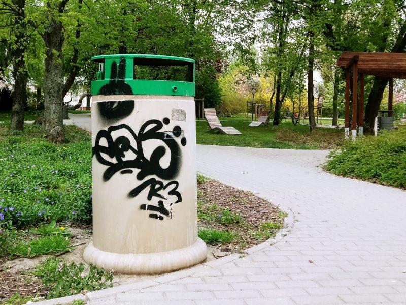 Park Rataje Poznań niszczenie koszów na śmieci
