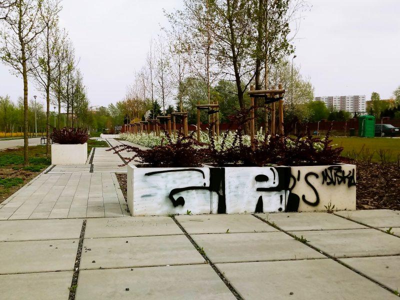 Park Rataje Poznań bazgroły na murku kwiecień 2019