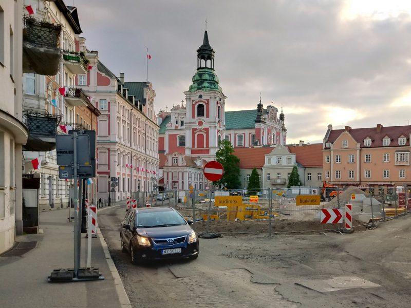 Poznań przebudowa Placu Kolegiackiego koziołki