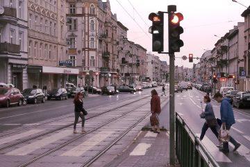 Głogowska Łazarz w Poznaniu deszcz, chmury i piesi