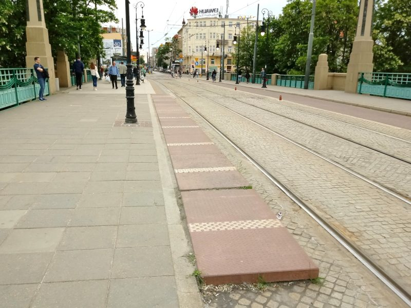 Poznań Most Teatralny przystanek podwójny bordowe płyty