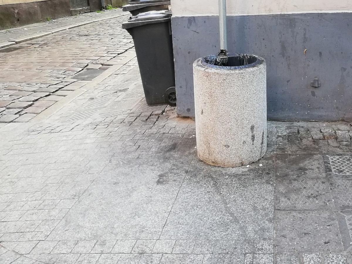 Poznań Ulica Wrocławska kosz na śmieci brud estetyka