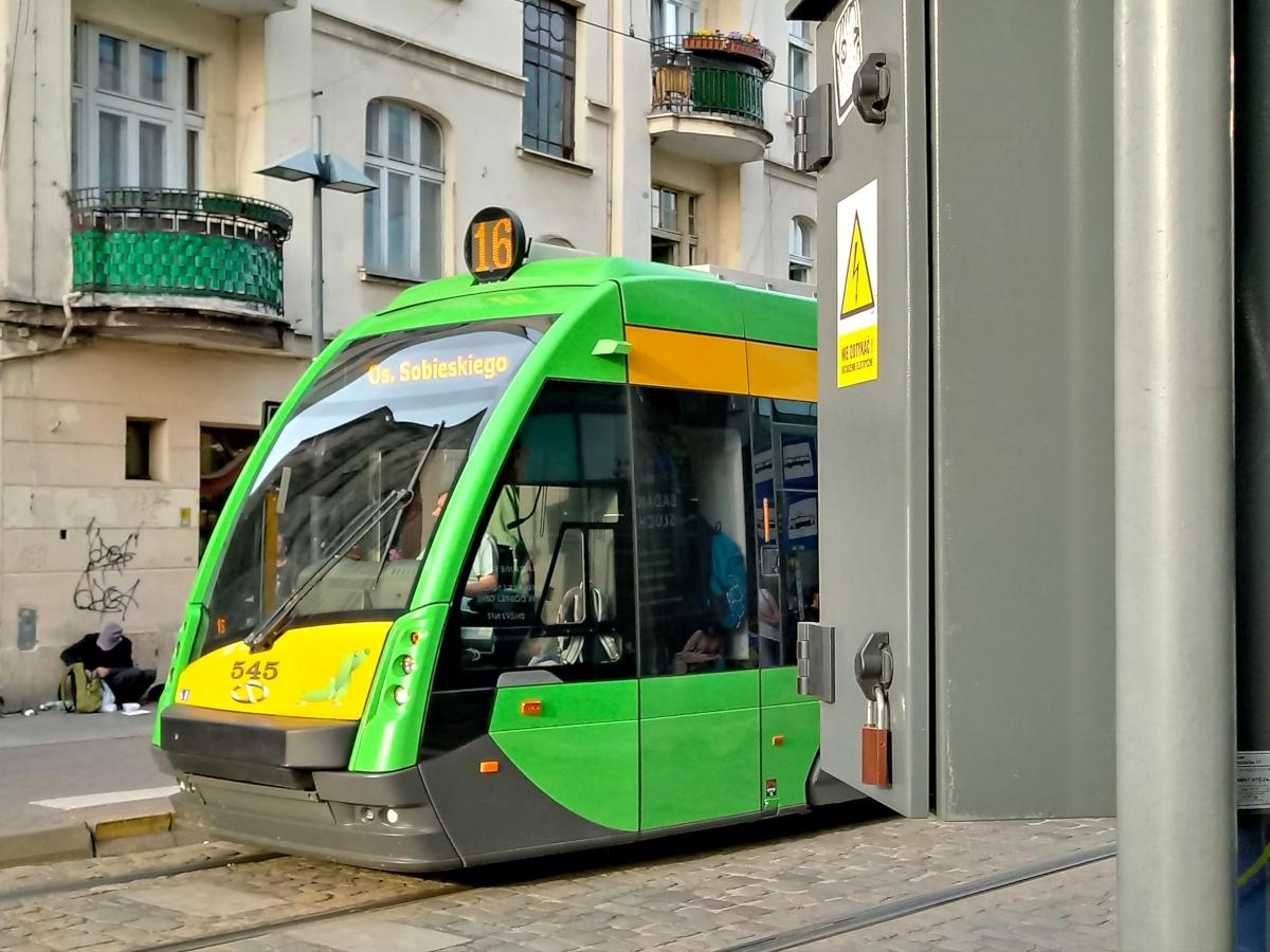 Niebezpieczny Poznań: nisko zawieszona skrzynka na Podgórnej, drut kolczasty