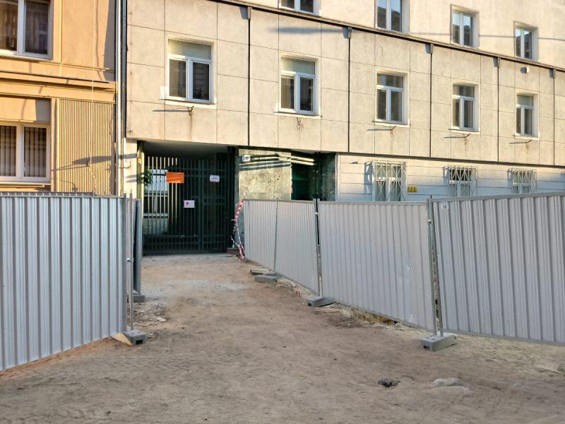 Poznań - przebudowa ulicy Taczaka, Garncarska: przejście między wygrodzonymi chodnikami