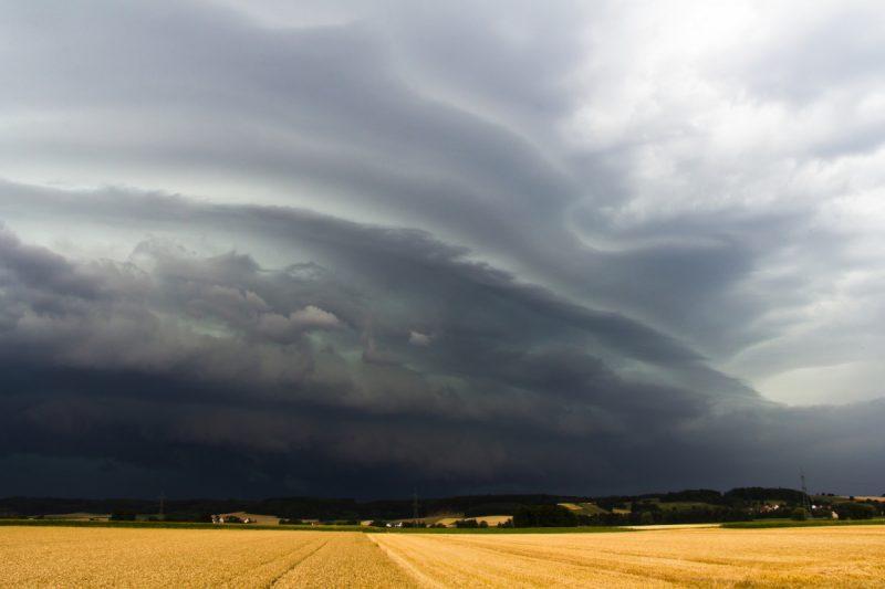 Wał chmurowy shelf cloud linia szkwału burza Poznań