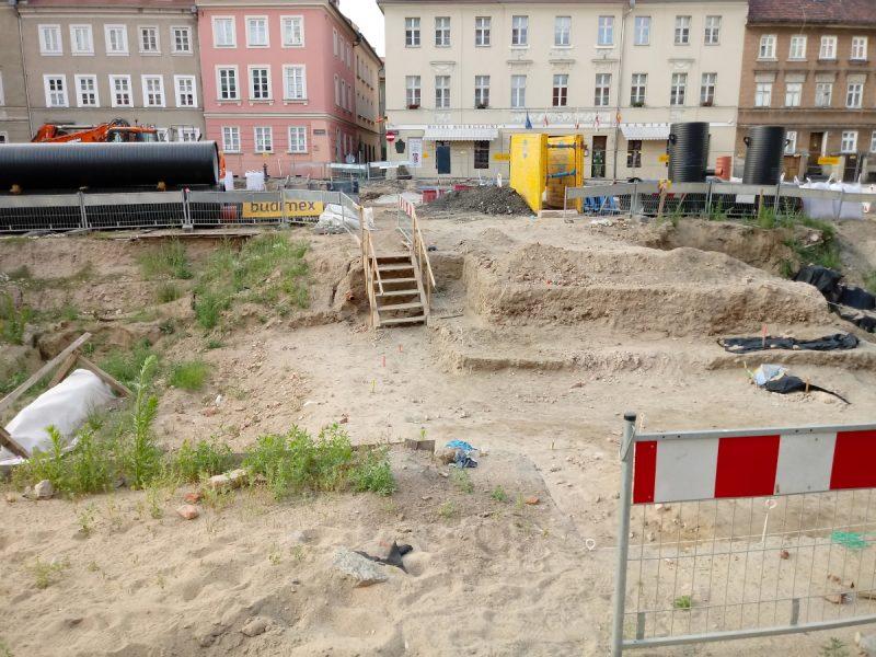 Inwestycja Plac Kolegiacki - miejsce pylonu i ekspozycji ruin w lipcu