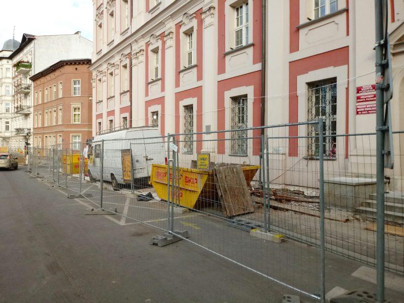 Rozkopanie chodnika pod Urzędem Miasta Poznania