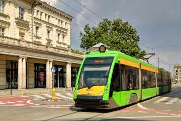 Poznań: skrzyżowanie ulicy Ratajczaka i 27 Grudnia oraz tramwaj Solaris