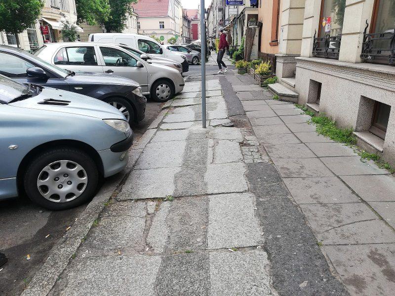 Poznań Żydowska zniszczenie chodnika usuwanie znaków