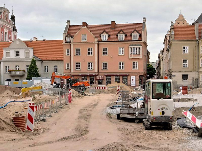 Środek placu Kolegiackiego zamieniono w tymczasową drogę - odnowa centrum Poznania