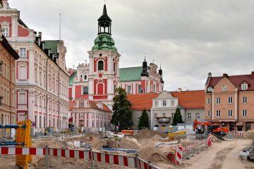 Poznań Plac Kolegiacki widok na zabytki inwestycja sierpień
