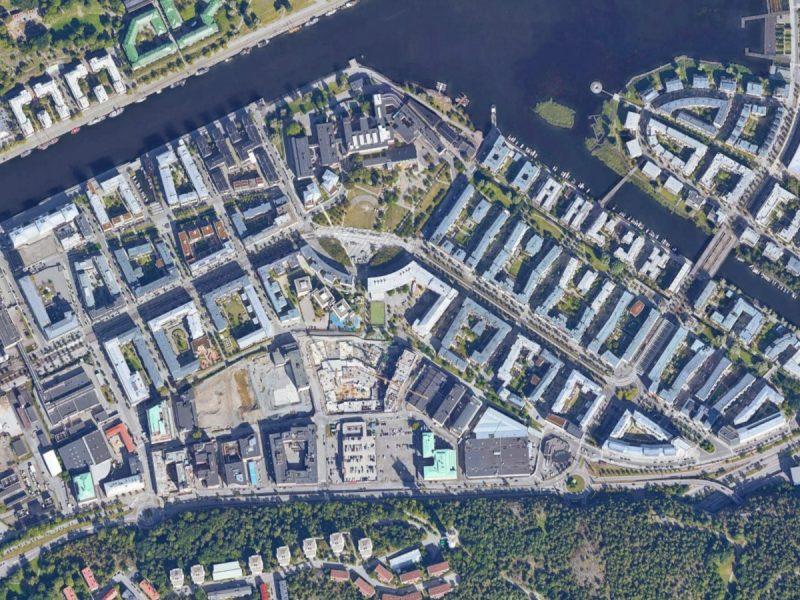 Szwecja słynie z porządnego projektowania nowych osiedli. W sztokholmskim Hammarby Sjöstad znajdziemy gęstą zabudowę, ale także sporo zieleni, przestrzenie publiczne, linię tramwajową i wykorzystywanie odnawialnych źródeł energii