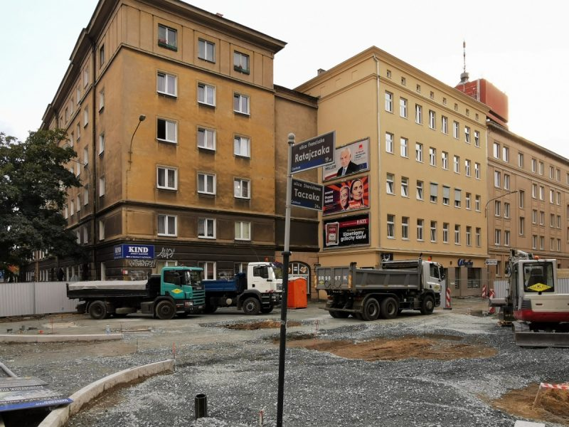 Widać pierwsze krawężniki przy ulicy Ratajczaka, sporo podbudowy i miejsca na drzewa (te place ziemi bez kruszywa)