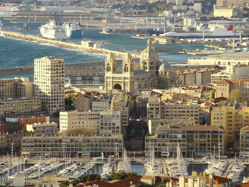 Zarówno stara, jak i nowa zabudowa Marsylii (Francja) utrzymana jest w jasnych barwach