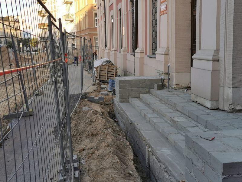Fotorelacja z przebudowy Placu Kolegiackiego - wrzesień, schody do UMP