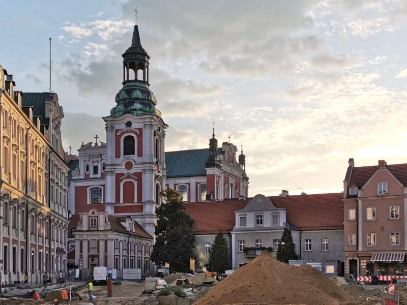 Poznań Plac Kolegiacki widok na zabytki inwestycja wrzesień