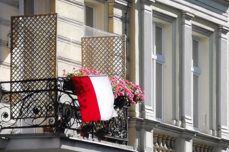 Wybory parlamentarne 2019: Poznań. Jak dopisać się do spisu wyborców? Balkon, flaga Polski