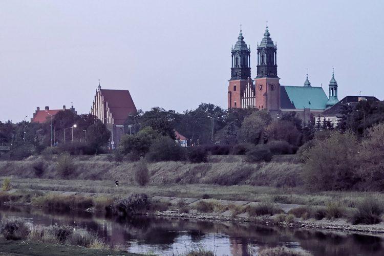 Poznań: Ostrów Tumski, Warta i pochmurna pogoda - wieczór, zachód słońca