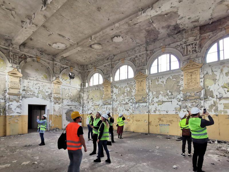 Na ścianach zachowały się jeszcze detale. Pomieszczenia giełdy wymagają sporego wysiłku, aby przywrócić je do używalności