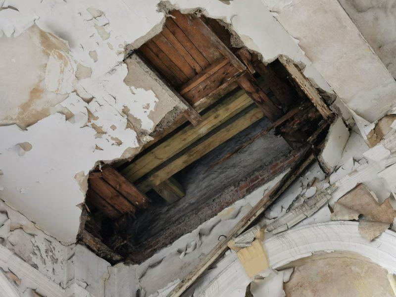 Dziura w suficie głównego pomieszczenia giełdy