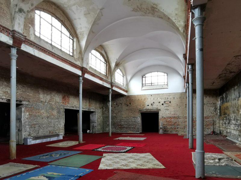 """Wnętrze pierwszej z hal targowych. Teatr Polski w Poznaniu wystawia dziś tutaj """"Hamleta"""", stąd taka dekoracja"""