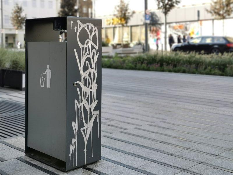 Zdewastowany kosz na śmieci - jeden z wielu na ulicy Święty Marcin