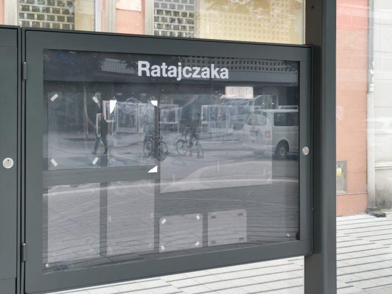 Pusta gablota przystankowa - wiata, Święty Marcin, Studio ADS