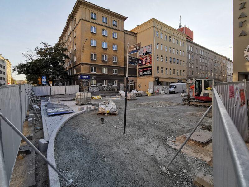 Po lewej: pierwsze fragmenty jezdni. Cała jezdnia ulicy Taczaka będzie wyłożona materiałem kamiennym