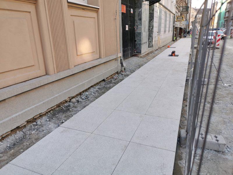 Południowa część ulicy i spory fragment ułożonych płyt kamiennych