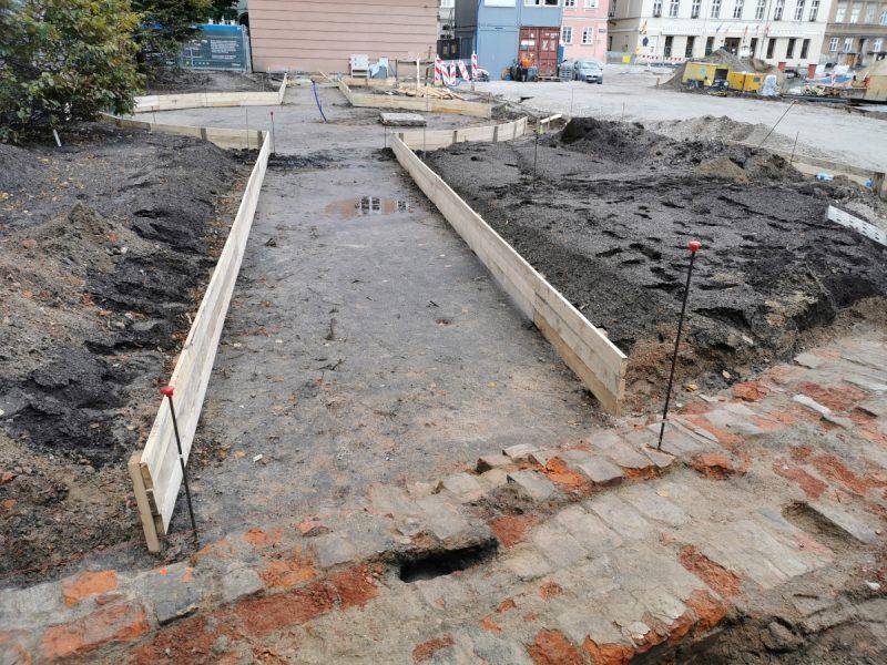 Poznań - pomnik koziołków zniknął, trwa urządzanie skweru na placu Kolegiackim