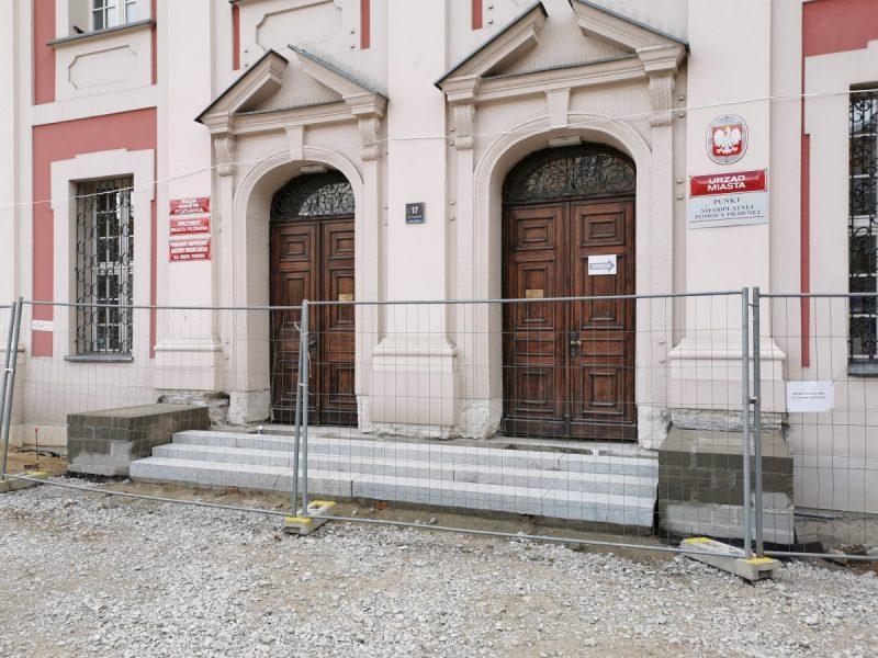 Fotorelacja z przebudowy Placu Kolegiackiego - październik, schody do UMP