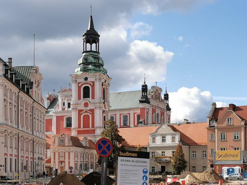 Poznań Plac Kolegiacki widok na zabytki inwestycja październik